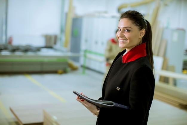 Femme contrôleur dans l'usine de meubles