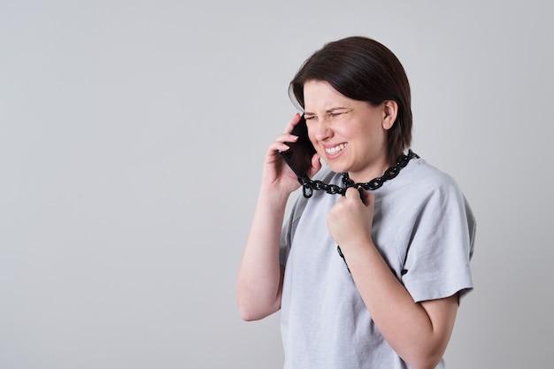 Femme, conversation, enchaîné, téléphone portable, dépendance, concept