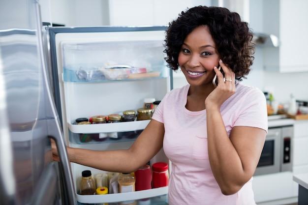Femme, conversation, mobile, téléphone, cuisine