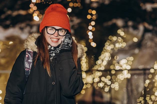 Femme, conversation, mobile, téléphone, hiver, rue