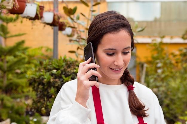 Femme, conversation téléphone, dans, serre