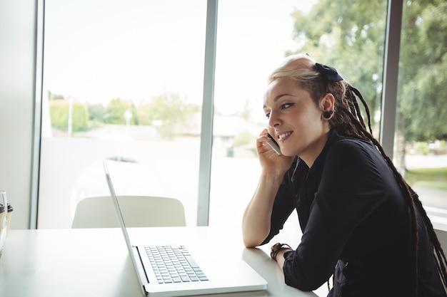 Femme, conversation, sur, téléphone portable