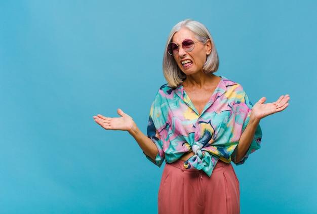 Femme cool d'âge moyen se sentant perplexe et confus
