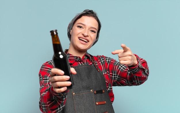 Femme cool cheveux roux avec une bouteille de bière