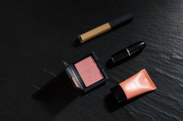 Femme, cosmétique, pour, beauté, maquillage, sur, pierre noire, fond, à, espace