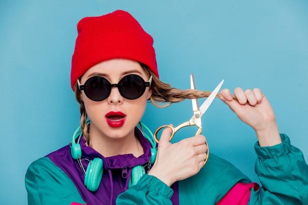 Femme en costume des années 90 avec des écouteurs et des ciseaux