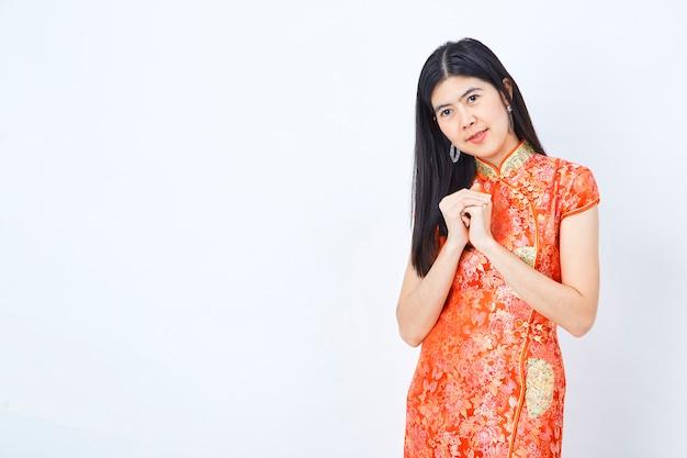 Femme en costume chinois du nouvel an