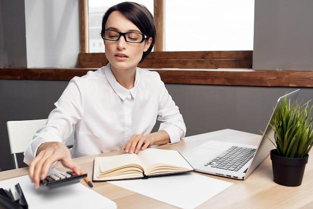 Femme en costume devant le style de vie de studio exécutif de secrétaire d'ordinateur portable