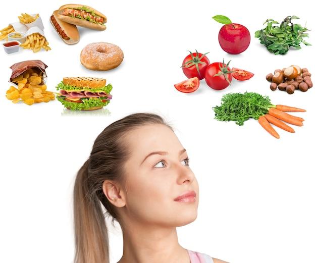 Femme en costume avec différents types de nourriture