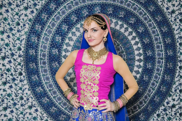 Femme en costume ethnique et maquillage traditionnel
