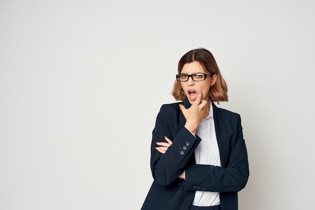Femme en costume faisant des gestes avec le travail de bureau officiel de femme d'affaires à la main. photo de haute qualité
