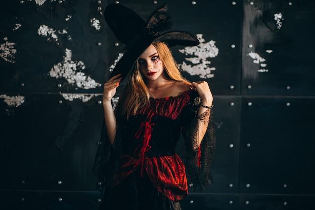 Femme en costume d'halloween