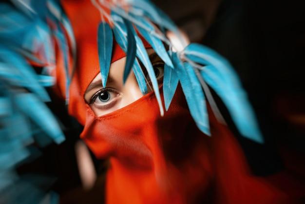 Femme en costume de ninja
