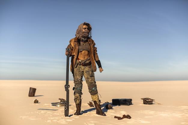 Femme en costume post-apocalyptique