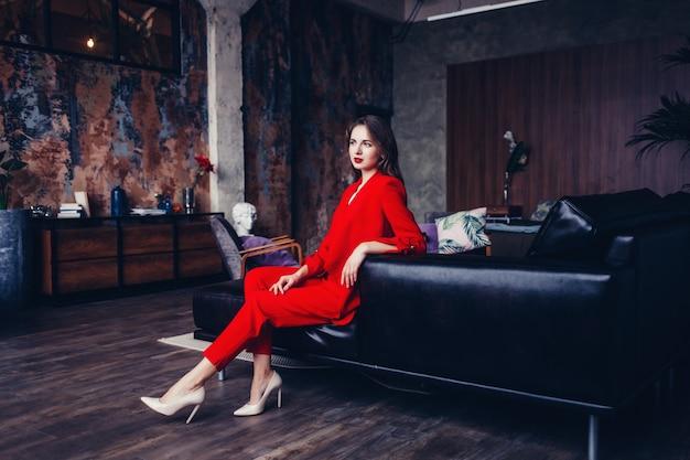 Femme en costume rouge formel