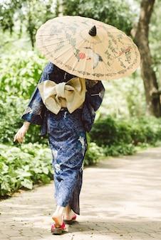 Femme en costume traditionnel japonais