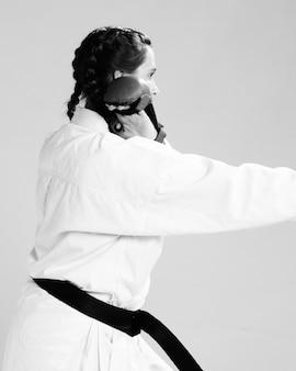 Femme de côté se battant en noir et blanc