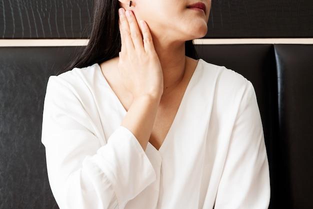 Femme, cou douloureux et amygdalite, concept de rétablissement des soins de santé et de la médecine