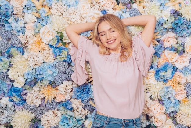Femme couchée sur des fleurs aux couleurs vives