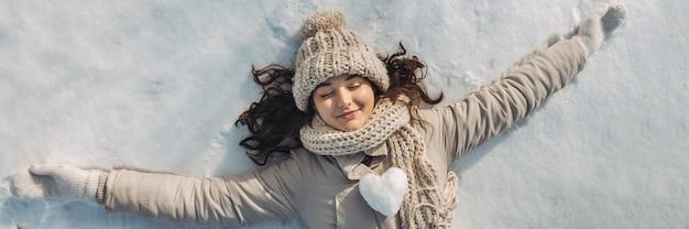 Femme couchée sur la neige