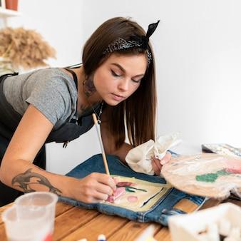 Femme coup moyen à l'aide d'un pinceau