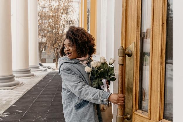 Femme coup moyen avec bouquet