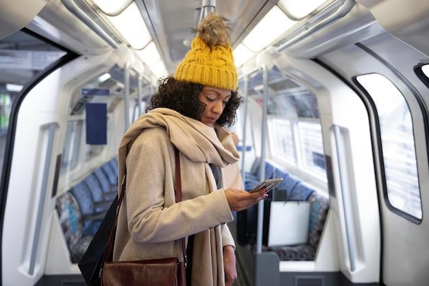 Femme de coup moyen dans les transports publics