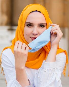 Femme coup moyen décollant le masque