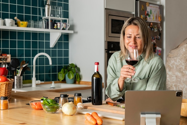 Femme coup moyen avec du vin