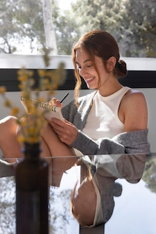 Femme coup moyen écrit sur ordinateur portable
