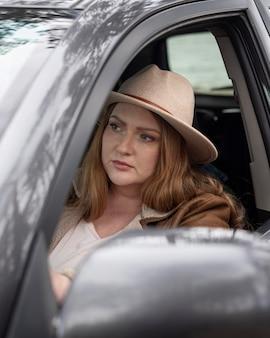 Femme coup moyen à l'intérieur de la voiture