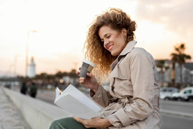 Femme, coup moyen, lecture