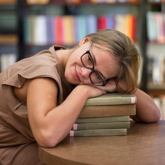 Femme coup moyen avec des livres
