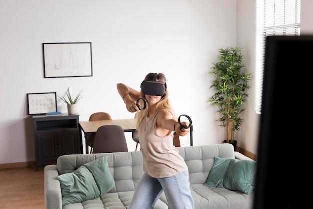Femme de coup moyen avec des lunettes de réalité virtuelle