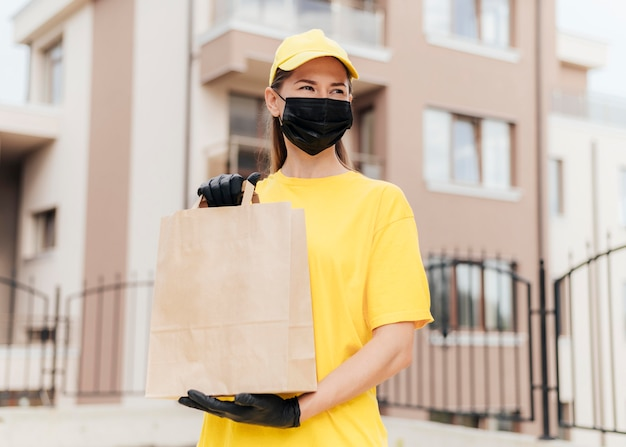 Femme coup moyen avec masque de protection