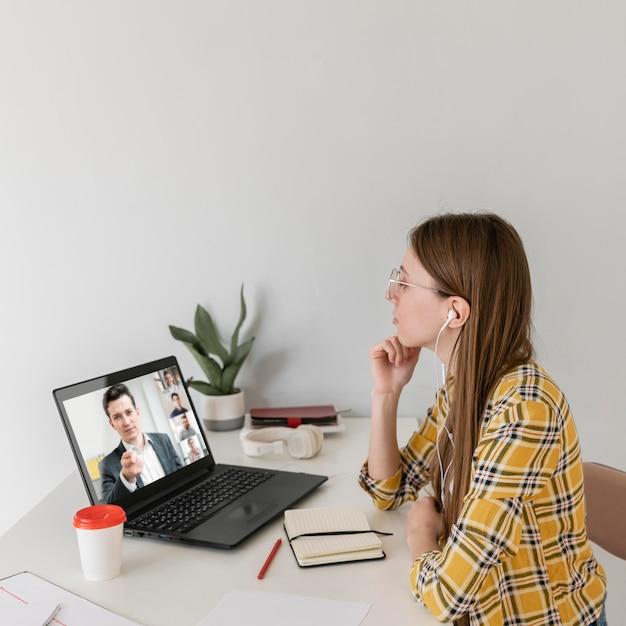 Femme coup moyen avec ordinateur portable