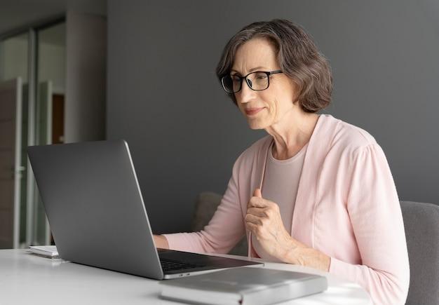 Femme de coup moyen avec ordinateur portable