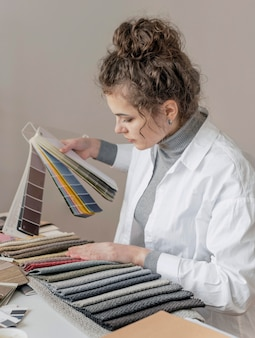 Femme coup moyen avec palette de couleurs