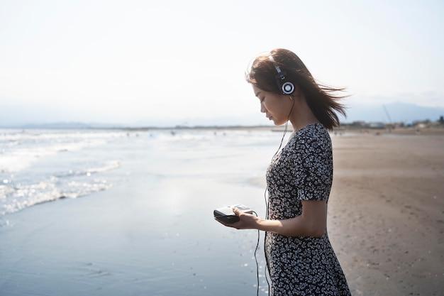 Femme de coup moyen à la plage