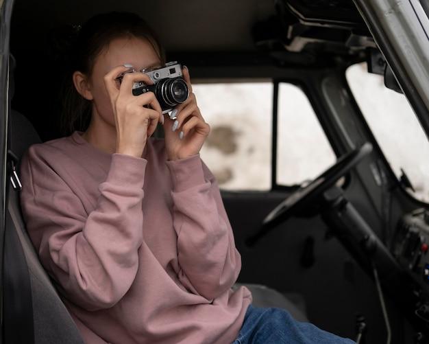 Femme de coup moyen prenant des photos