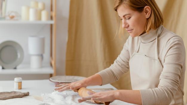 Femme coup moyen avec rouleau à pâtisserie