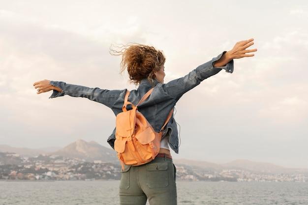 Femme coup moyen avec sac à dos