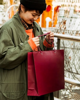 Femme coup moyen avec sac à provisions