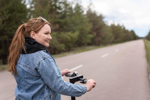 Femme coup moyen avec scooter