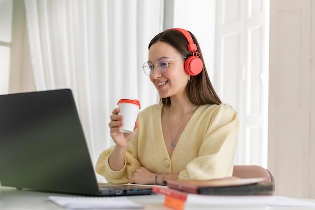 Femme coup moyen avec tasse de café
