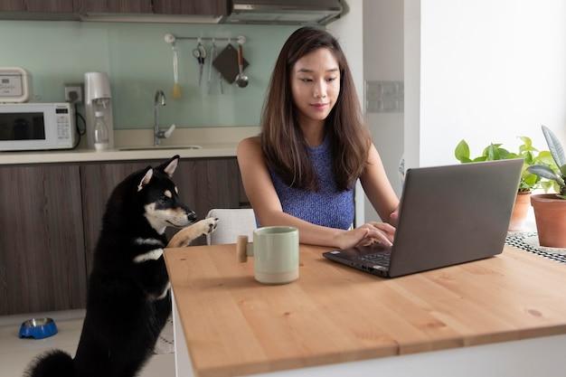 Femme de coup moyen travaillant avec un ordinateur portable