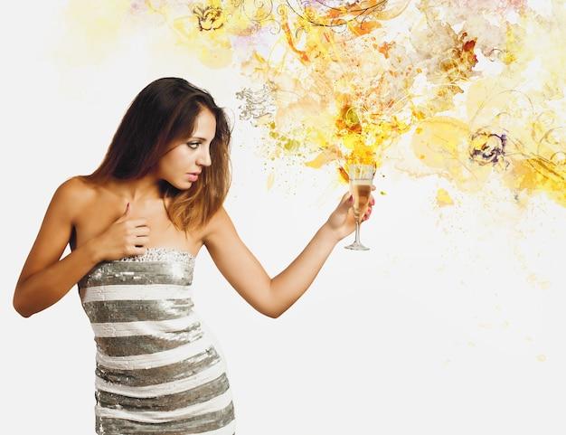 Femme avec une coupe de champagne pour célébrer la nouvelle année