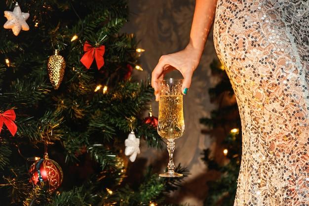 Femme avec une coupe de champagne