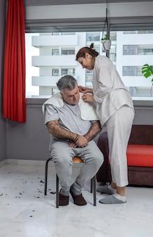 Femme, couper, homme, cheveux, maison