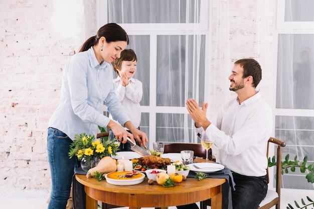 Femme, couper, poulet cuit, à, table